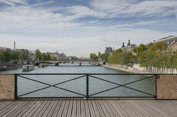 Glass panel testing on Pont des Arts  Paris fr
